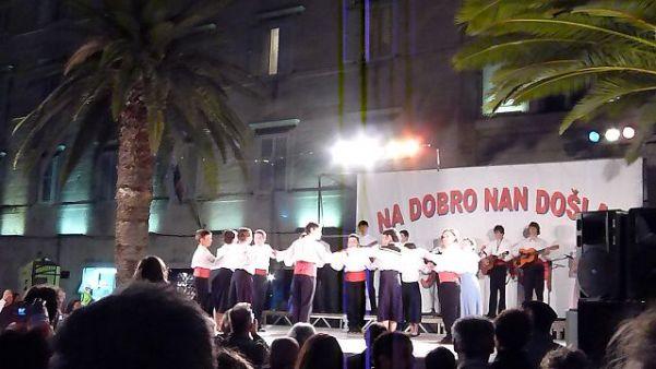 クロアチアの民族衣装を着た子どもたちのダンス