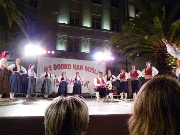 クロアチアの民族ダンス?独特な踊りが興味深い