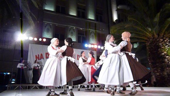 クロアチアの民族衣装?を着た女性たちのダンス