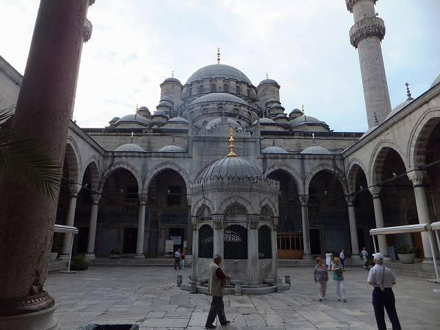 イェニ・ジャーミィの中庭:トルコ旅行