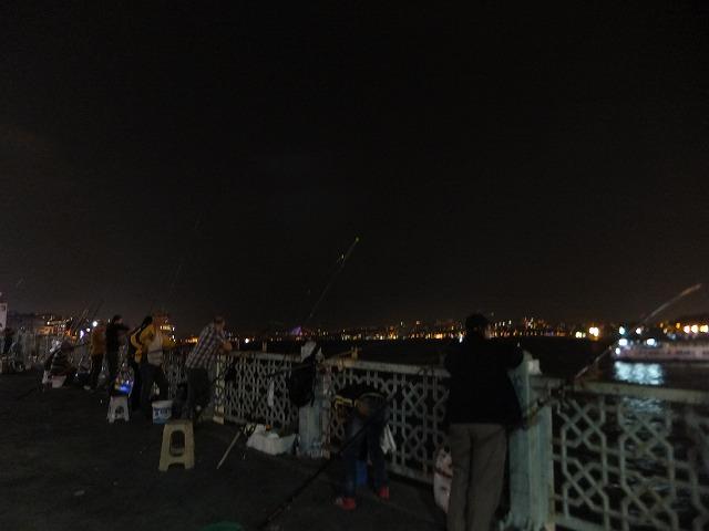 夜のガラタ橋 やっぱり釣りしてました