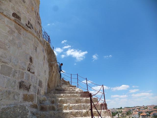 オルタヒサルの外には階段が着いてあります