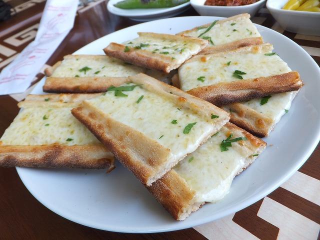 コンヤで食べたチーズたっぷりトルコピザ!