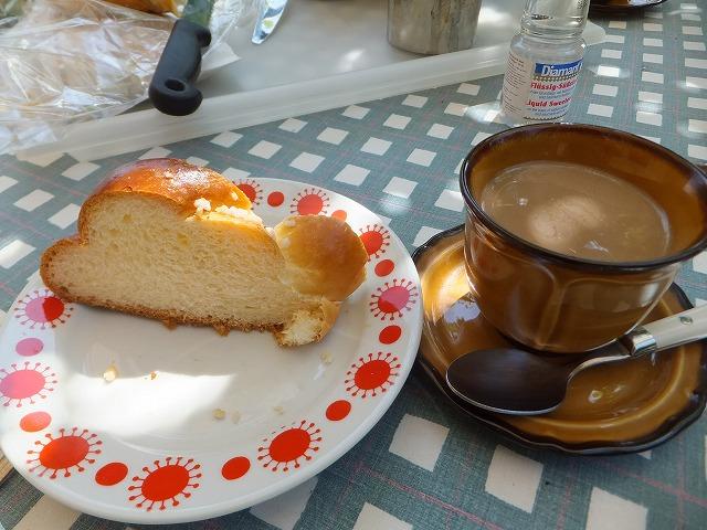 コーヒーとハンガリーの甘いパン