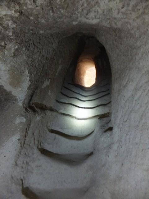 ギョレメの岩の教会の内部の階段