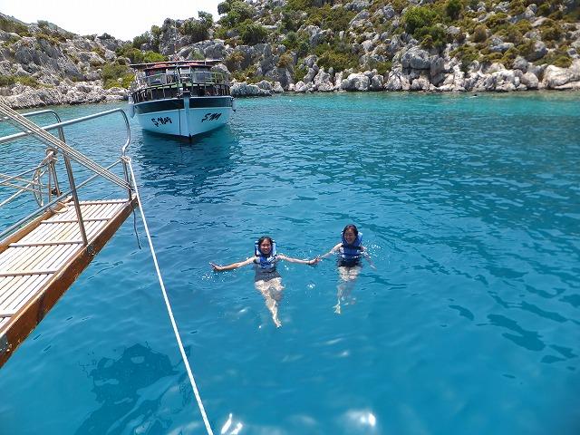 ライフジャケットを着て泳ぐ:地中海
