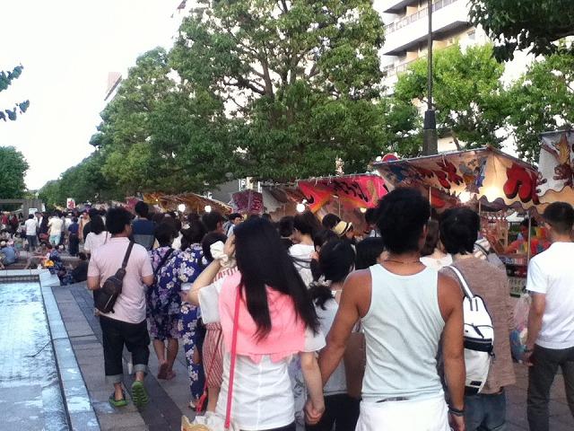 三笠公園前には屋台の行列が!