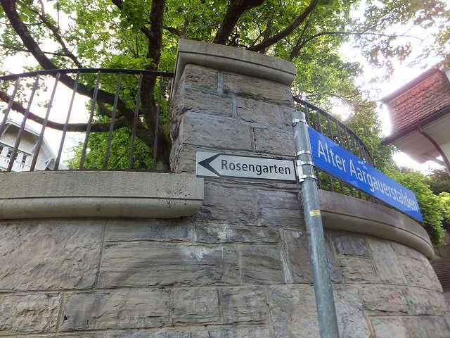 ローズガーデンへの道しるべ