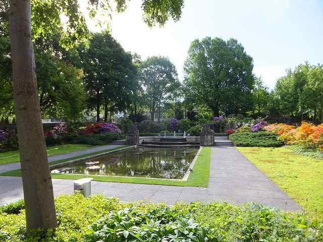 スイス:ベルンのローズガーデン(バラ公園)の池