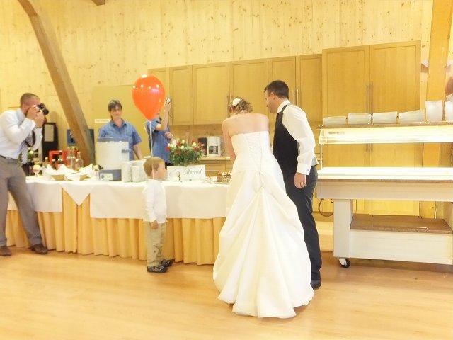 初めての共同作業?ケーキカット:スイスの結婚披露宴