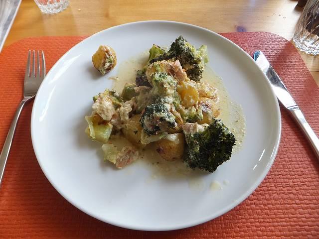 ブロッコリーとサーモン、ポテトのオーブン揚げ