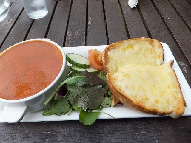 スープ&トーストのセット:イギリス田舎町のカフェ