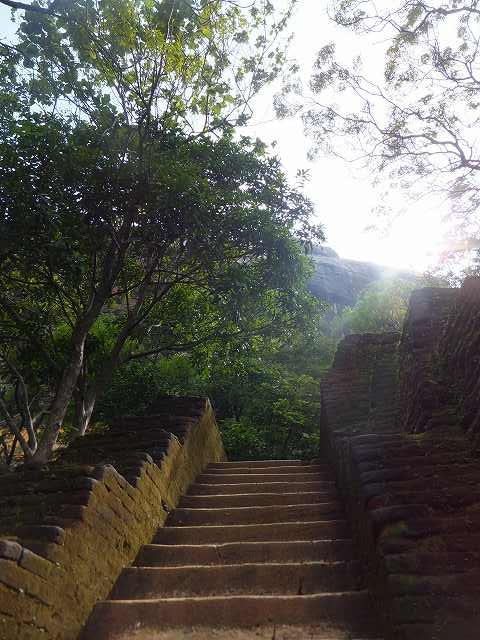 シギリヤロックに向かう階段:スリランカ
