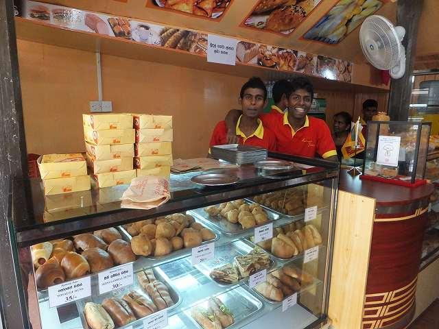 パン屋の店員:キャンディ、スリランカ