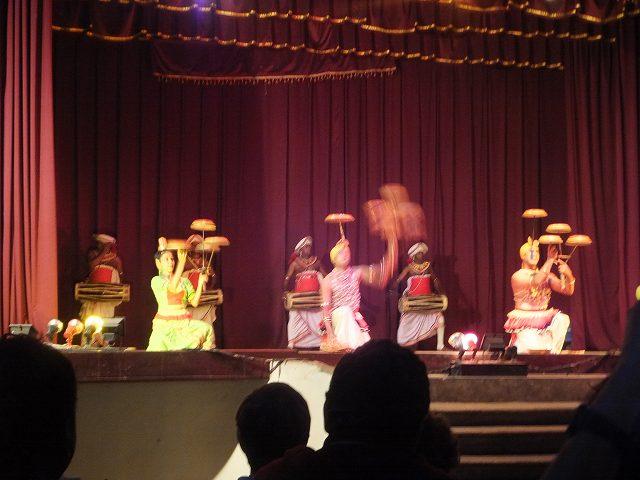 曲芸まで披露、キャンディダンス:スリランカ旅行