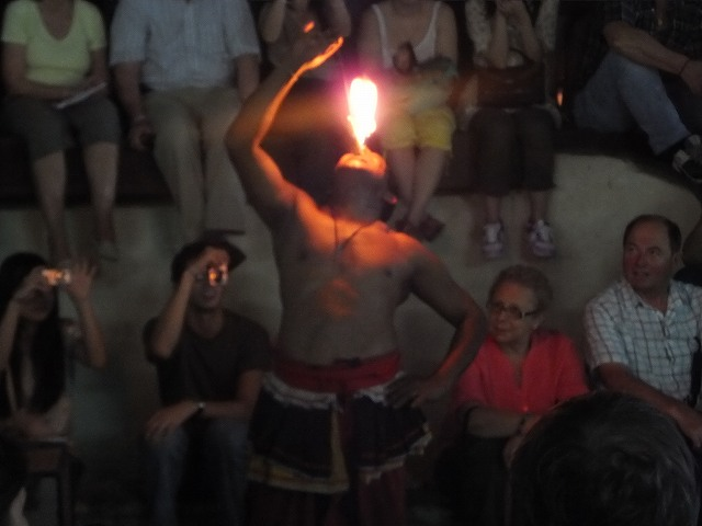炎を飲み込んじゃいます!ファイアーダンス:スリランカ旅行