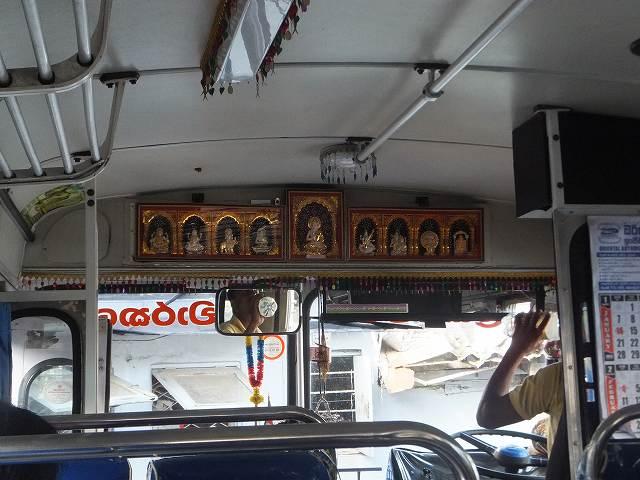 バス車内、大仏さんが飾られている:スリランカ旅行