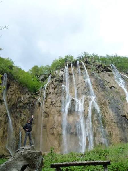 上から水が滴り落ちてきます:プリトヴィツェ国立公園