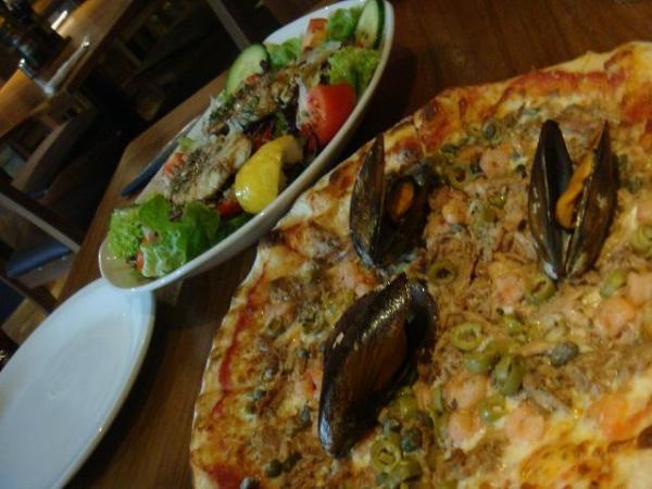 シーフードピザ!バレッタ(マルタ)のレストランにて