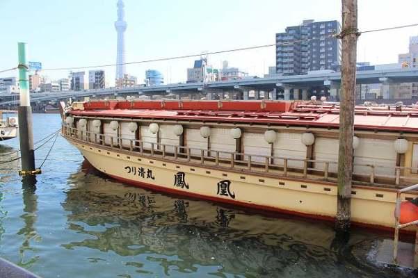 隅田川で外国人の友達が撮った屋形船の写真