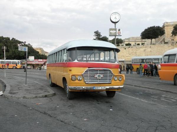 小さくてかわいいマルタのバス