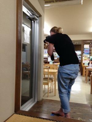 ヤモリを撮る外国人の友達:石垣島