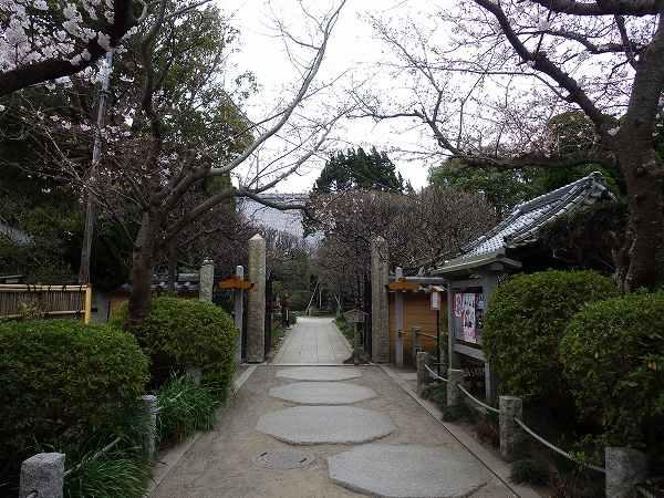 鶴岡八幡宮から右にちょっと行ったところ:宝戒寺