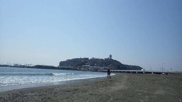 江の島が見える海岸をのんびり