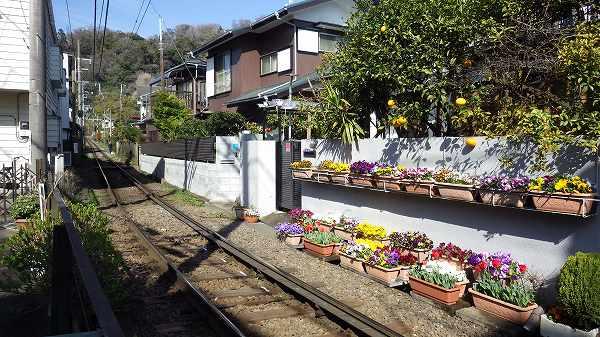 江ノ電の線路と近くの家の様子