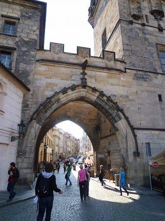 重厚な門を潜り抜け:プラハ