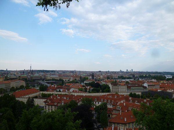 丘から望むプラハの街並みの景色