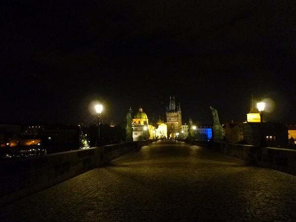 夜の空いているカレル橋inプラハ