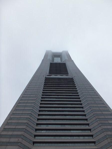 頂上が曇っている横浜ランドマークタワー