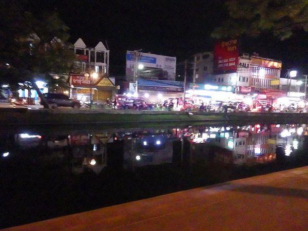 チェンマイ旧市街の景色:ソンテウの車窓より