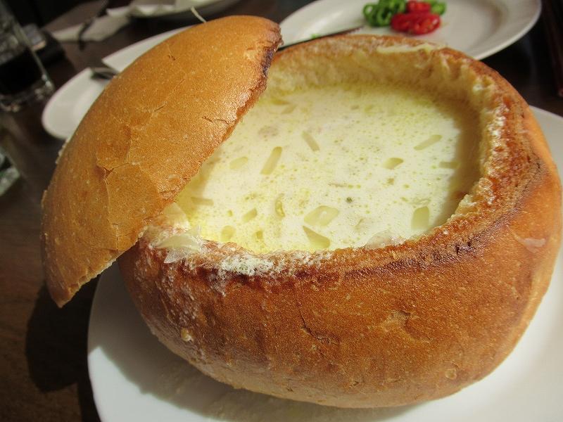 ルーマニア:オニオンスープ、チーズが入っててめちゃおいしい♪