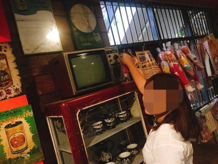 駄菓子屋さんの中に昔のテレビ・バーン・バンケーン博物館