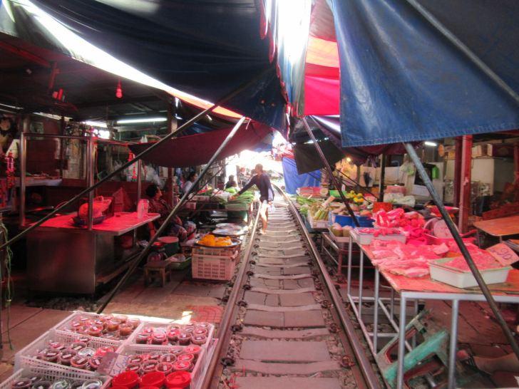 メークロン市場・線路のローカル市場