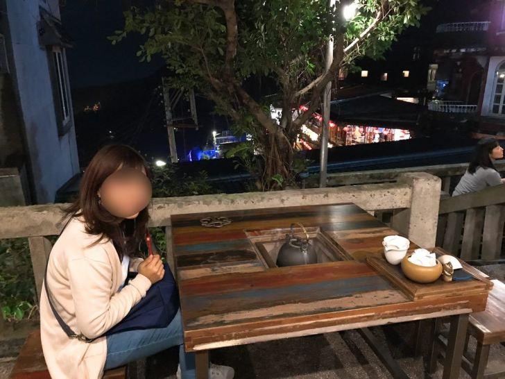 テラス席で夜景を見ながらお茶飲みました・九份茶坊