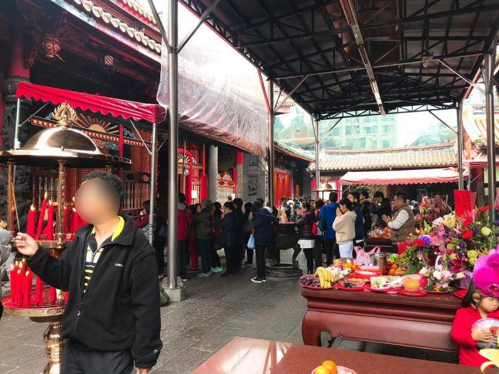 龍山寺でお祈り・台湾旅行