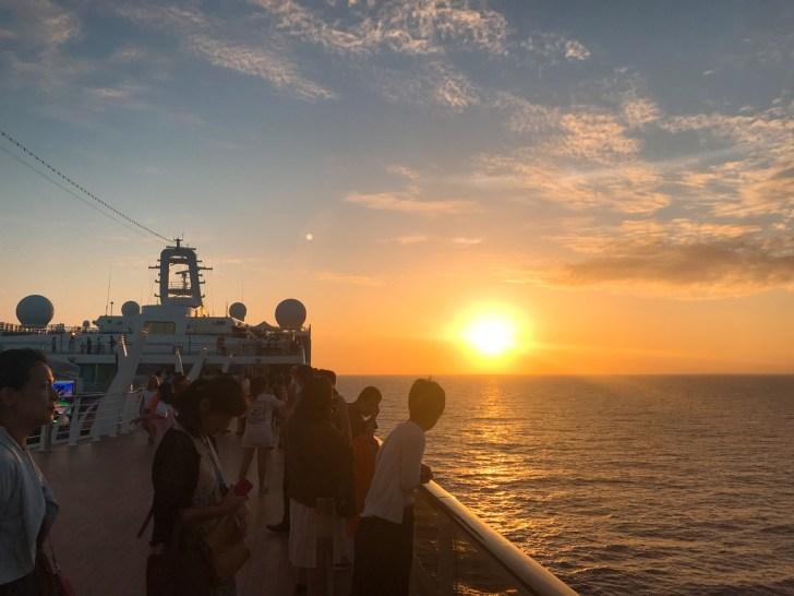 MSCスプレンディダ・クルーズ旅行・夕日夕焼けを海から見る
