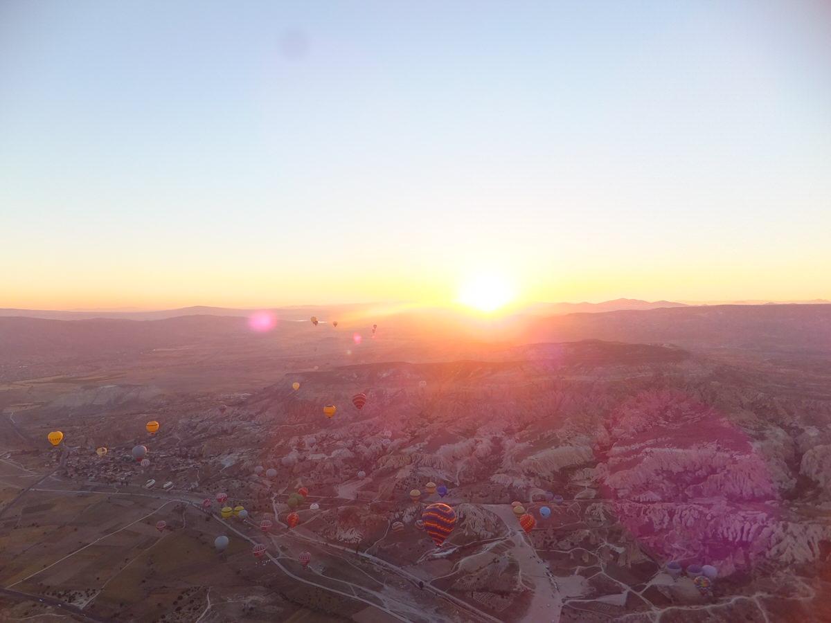 カッパドキアの大地・気球・トルコ