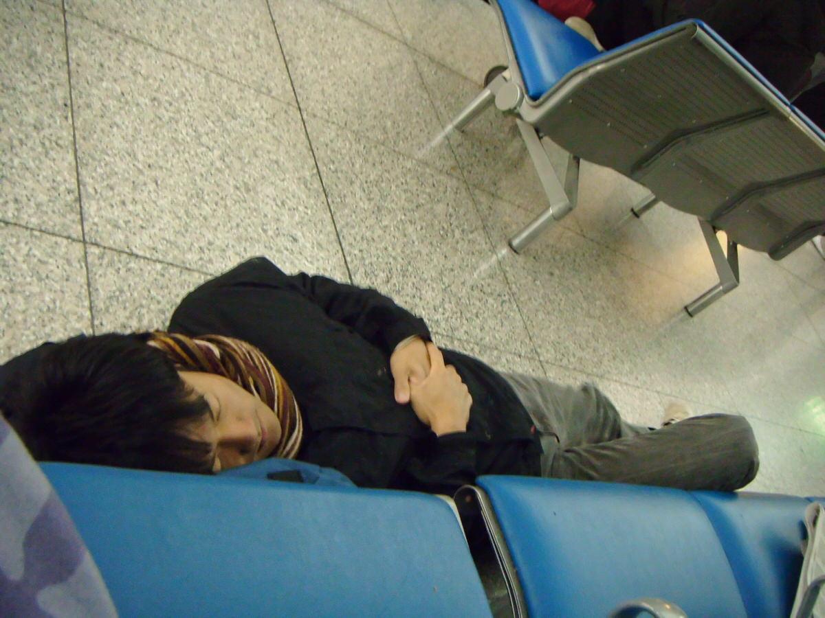 空港の床で眠る