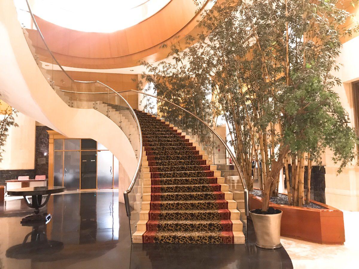 階段もオシャレ・ザ・リッツカールトン・ジャカルタメガクニンガン