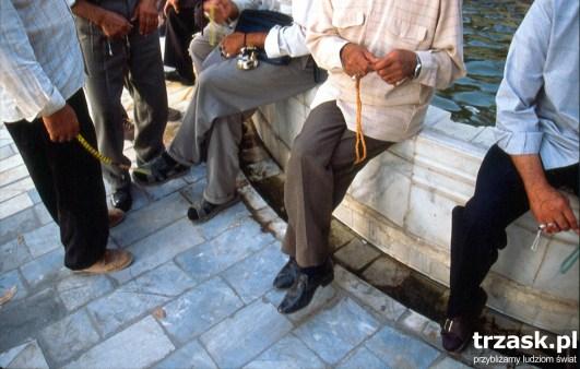 Mężczyźni z modlitewnikami w dłoniach, Yazd
