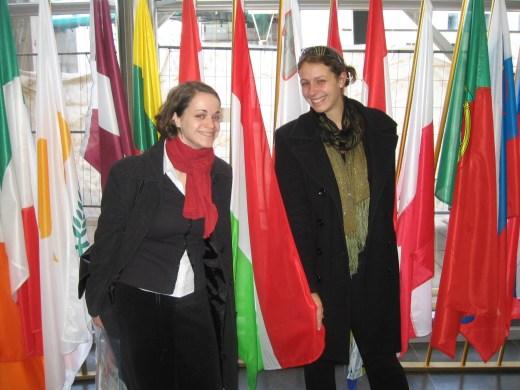 Ildi, Adrienn és a zászlók...