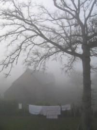 Száradó ruhák a ködben
