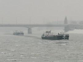 Uszályok a jeges Dunán
