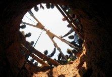 Creusement de puits avec un outillage rudimentaire (barre à mine)