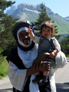 Titouan dans les bras d'Hamadab, forgeron à Abalak, lors de l'AG de MASNAT, à la Jarjatte, en 2012