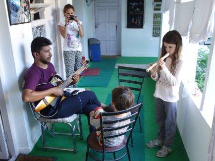 Un musicien indien accompagne Adélie à la guitare (hôtel de Kaza)